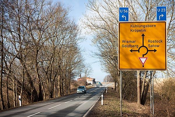 Verkehrs-Hinweisschild in Richtung Kröpelin und Kühlungsborn