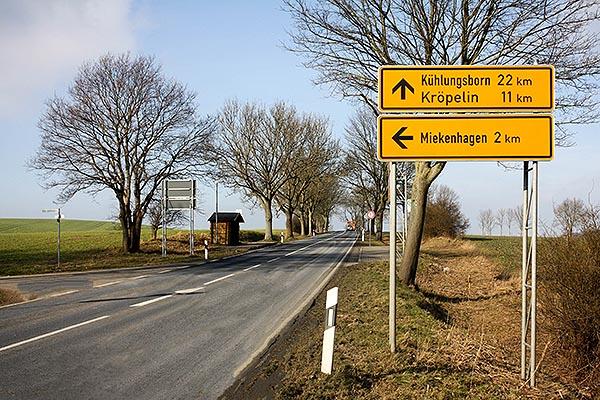 """Verkehrs-Hinweisschild """"Miekenhagen 2 km """""""