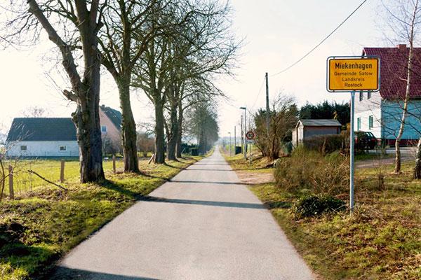 Ortseingangs-Schild Miekenhagen, Gemeinde Satow