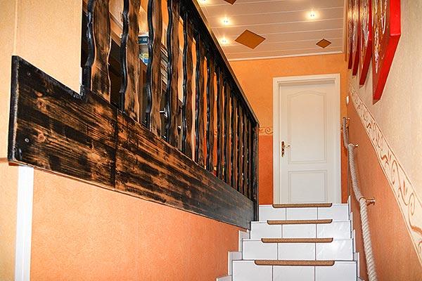 Treppenaufwand mit geflochtenem Tampen als Geländer