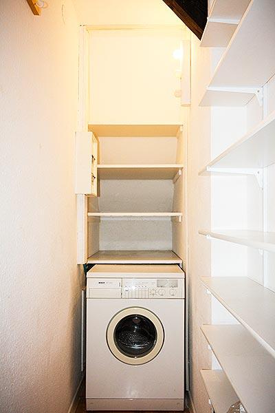 Abseite mit Waschmaschine, viel Stauraum, Sicherungskasten und Feuerlöscher